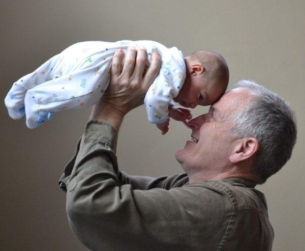 おじいちゃん 赤ちゃん 抱っこ