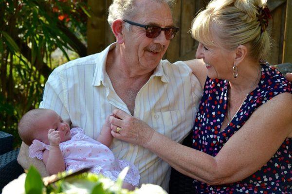 赤ちゃんが祖父母に人見知り!頻度と時間はどっちが慣れやすい?