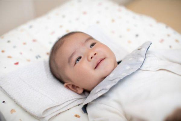 赤ちゃん ベッドメリー 見ている