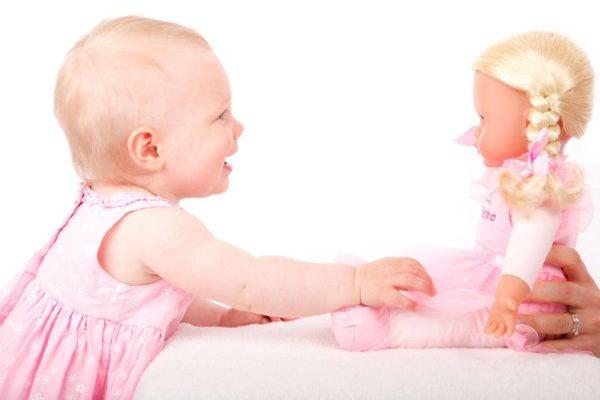 赤ちゃんが笑顔でおもちゃと遊んでいる